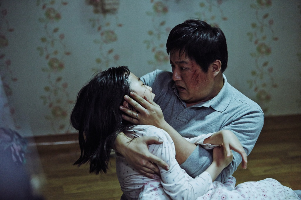 the wailing - A concerned Jong-Goo holds Hyo-Jin in his arms